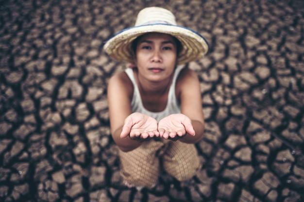 Die frau saß am himmel und bat um regen bei trockenem wetter und globaler erwärmung Kostenlose Fotos