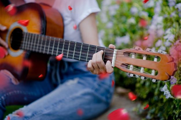Die frau spielt fröhlich gitarre. Premium Fotos
