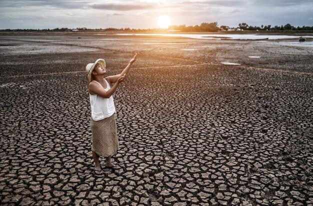 Die frau stand am himmel und bat um regen bei trockenem wetter, globale erwärmung Kostenlose Fotos