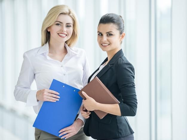 Die geschäftsfrauen, die formal gekleidet werden, besprechen projekt im büro. Premium Fotos