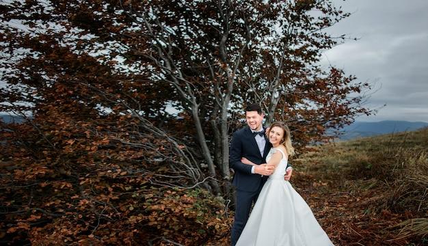 Die glücklichsten bräute umarmen sich in der nähe von bäumen Premium Fotos