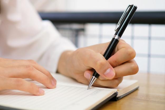 Die hand der frau wird mit der linken hand geschrieben. Premium Fotos