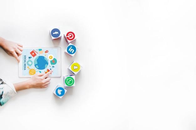Die hand der person, die digitale tablette mit blöcken von social media-anwendungen verwendet Kostenlose Fotos