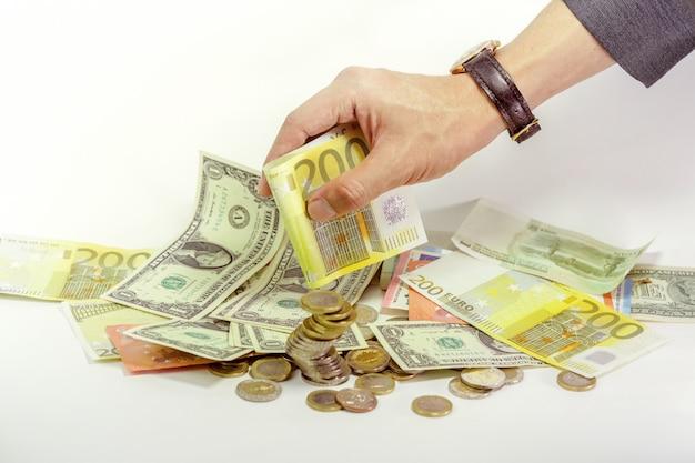 Die hand des geschäftsmannes, die bargeld und münzen des euros 200 hält Premium Fotos