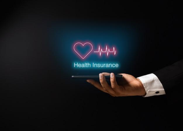 Die hand des mannes mit krankenversicherungskonzeptdesign Premium Fotos