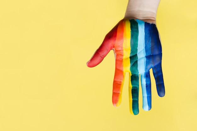 Die hand ist mit der farbe des lgbt-regenbogens verschmiert. das konzept von liebe, sexueller toleranz, lgbt-stolz, gleichgeschlechtlichen beziehungen, homosexualität. Premium Fotos