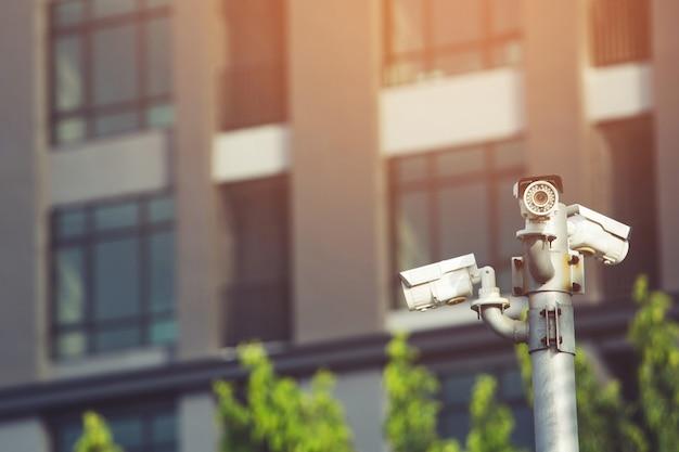 Die installation der ip-cctv-kamera erfolgt durch eine wasserdichte abdeckung zum schutz der kamera mit dem konzept des heimsicherheitssystems. Premium Fotos
