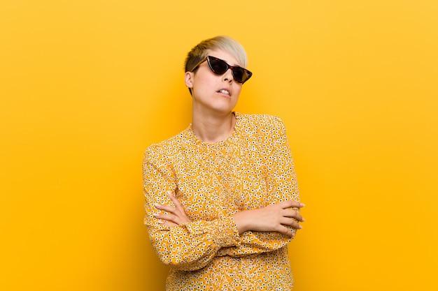 Die junge curvy frau, die einen blumensommer trägt, kleidet müde von einer sich wiederholenden aufgabe. Premium Fotos