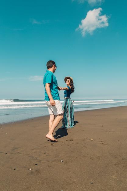 Die junge frau, die ihren mann will, folgt zur ufergegend am strand Kostenlose Fotos
