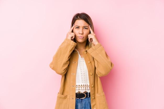 Die junge kaukasische frauenaufstellung lokalisiert konzentrierte sich auf eine aufgabe und hielt die zeigefinger, die kopf zeigen. Premium Fotos