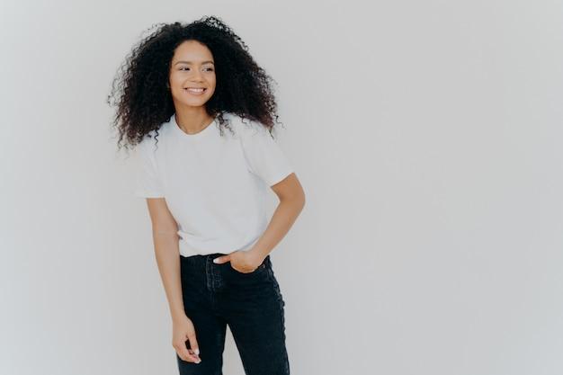 Lockig behaarte schwarze Teenager