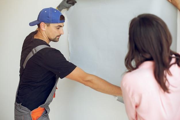 Die junge und süße familie repariert den raum Kostenlose Fotos