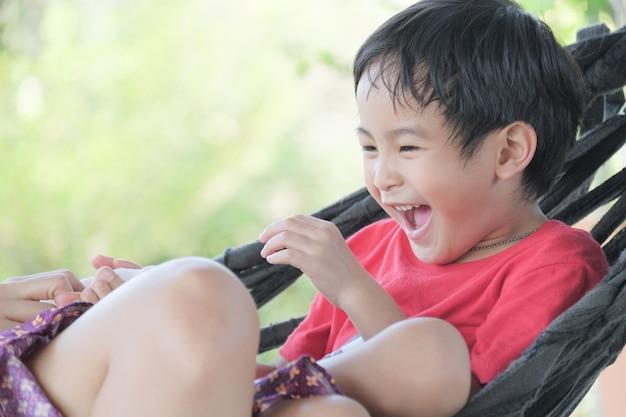 Die jungs lachen freudig. Premium Fotos