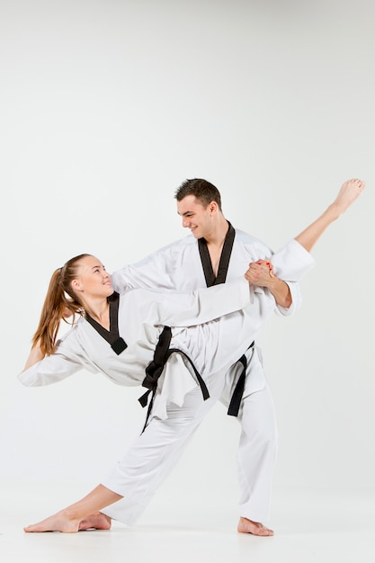 Die karate frau und mann mit schwarzen gürteln Kostenlose Fotos
