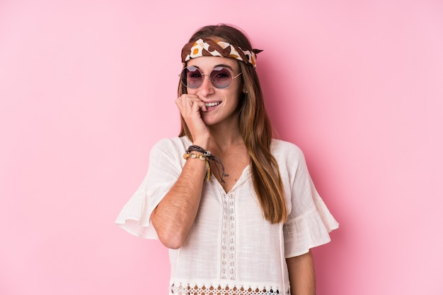 Die kaukasische frau des jungen hippies lokalisierte die beißenden fingernägel, nervös und sehr besorgt. Premium Fotos