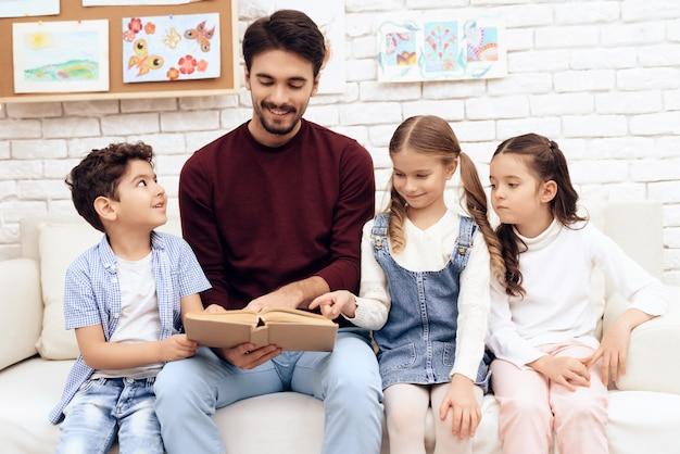 Die kinder lesen zusammen das buch. Premium Fotos