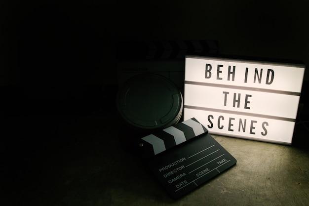 Die kino-lichtbox in dunklen tonfilmen. Premium Fotos