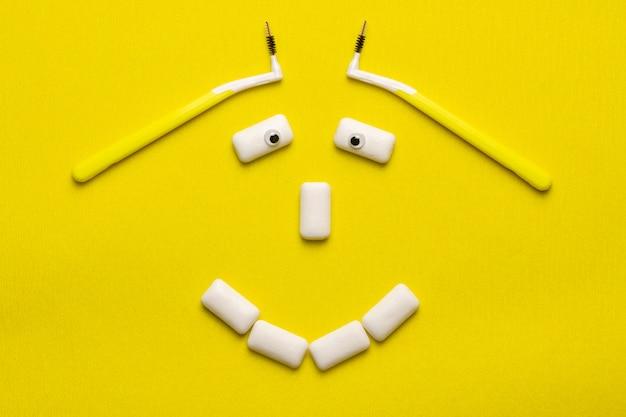 Die klammern, die lustiges konzept mit lächelngesicht säubern, formten kaugummiauflagen. Premium Fotos