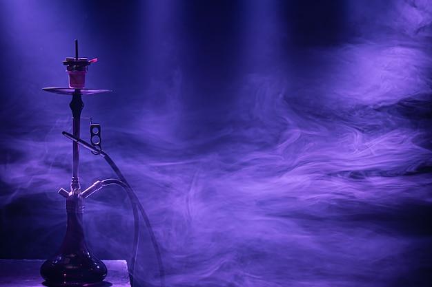 Die klassische wasserpfeife mit farbigen licht- und rauchstrahlen. Kostenlose Fotos