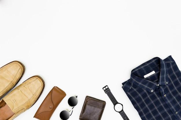 Die kleidung der männer mit braunen schuhen, blauem hemd und sonnenbrille auf weiß Premium Fotos