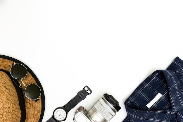 Die kleidung der männer mit braunen schuhen, blauem hemd und sonnenbrille auf weißem hintergrund, die zufälligen ausstattungen der männer für mannkleidungssatz, flache lage, die zufälligen ausstattungen und das zubehör der mode der männer Premium Fotos