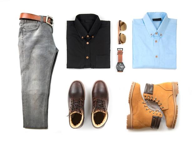 Die kleidung der männer stellte mit dem braunen stiefel, uhr, blue jeans, gurt, geldbörse, sonnenbrille, bürohemd und armband ein, die auf weißem hintergrund, draufsicht lokalisiert wurden Premium Fotos