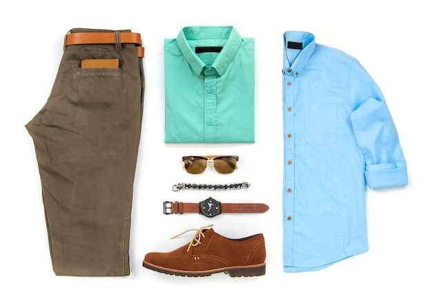 Die kleidung der männer stellte mit den braunen schuhen, uhr, gurt, armband, sonnenbrille, hose, bürohemd und geldbörse ein, die auf einem weißen hintergrund, draufsicht lokalisiert wurden Premium Fotos