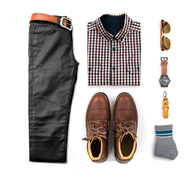 Die kleidung der männer stellte mit den braunen stiefeln, uhr, blue jeans, gurt, geldbörse, sonnenbrille, schwarzem hemd und armband ein, die auf weißem hintergrund, draufsicht lokalisiert wurden Premium Fotos