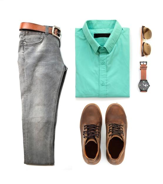 Die kleidung der männer stellte mit den braunen stiefeln, uhr, jeans, sonnenbrille und grünem hemd ein, die auf einem weißen hintergrund, draufsicht lokalisiert wurden Premium Fotos