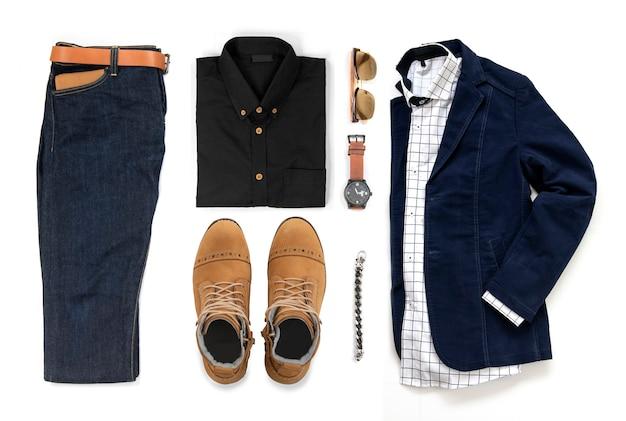Die kleidung der männer stellte mit gelben stiefeln, uhr, jeans, gurt, geldbörse, sonnenbrille, bürohemd, matrose, armband und armband ein, die auf einem weißen hintergrund, draufsicht lokalisiert wurden Premium Fotos