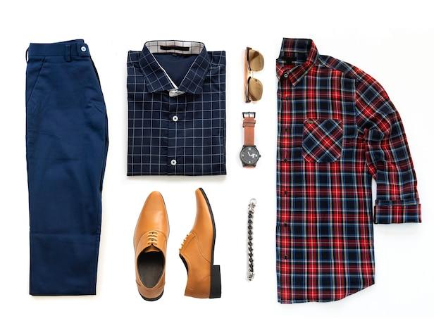 Die kleidung der männer stellte mit oxford-schuhen, uhr, blauer hose, sonnenbrille, bürohemd und armband ein, die auf einem weißen hintergrund, draufsicht lokalisiert wurden Premium Fotos
