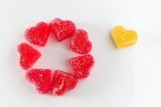 Die kreisförmige anordnung von süßem rotem fruchtgelee in form eines herzens. symbol des tages der liebenden. platz für ihren text. Premium Fotos