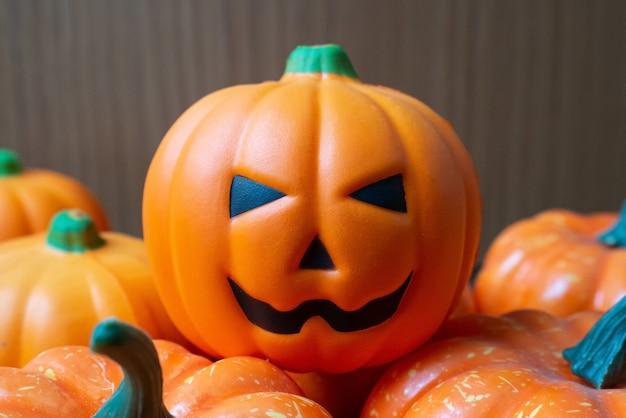Die kürbis jack puppe auf holztisch für halloween inhalt. Premium Fotos
