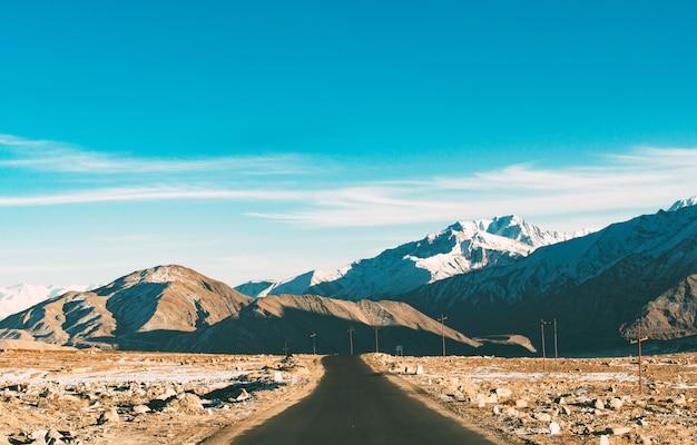 Die leere straße zum himalaya-gebirge in der wintersaison Premium Fotos