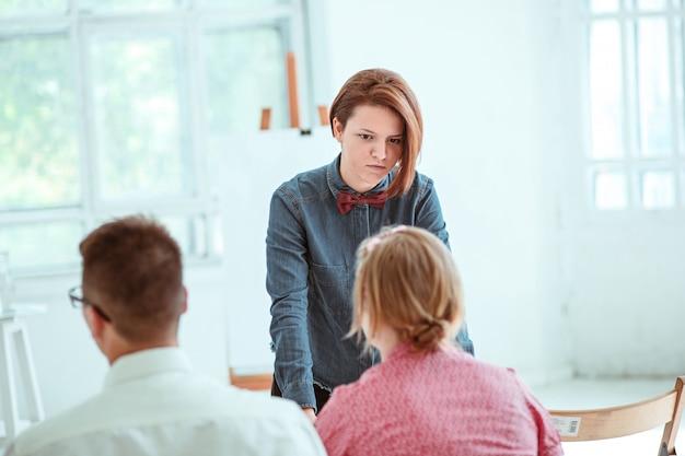 Die leute beim business meeting im konferenzsaal. Kostenlose Fotos