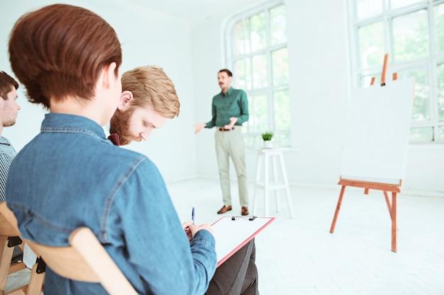 Die leute beim geschäftstreffen im leeren konferenzsaal. business- und entrepreneurship-konzept. Kostenlose Fotos