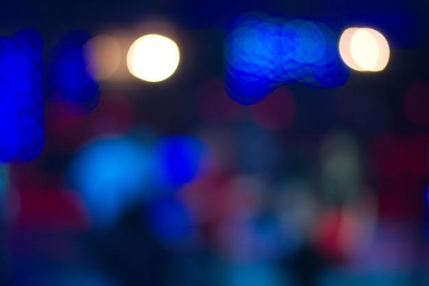 Die leute, die in nachtclub tanzen, verwischten hintergrund. schöne unscharfe lichter Premium Fotos