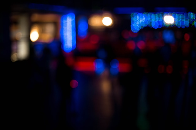 Die leute, die spaß haben tanzen und entspannen sich in einem nachtclub unscharfen hintergrund. schöne verschwommene lichter Premium Fotos