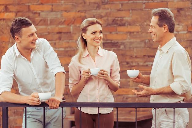 Die leute diskutieren geschäftliche angelegenheiten, trinken kaffee. Premium Fotos