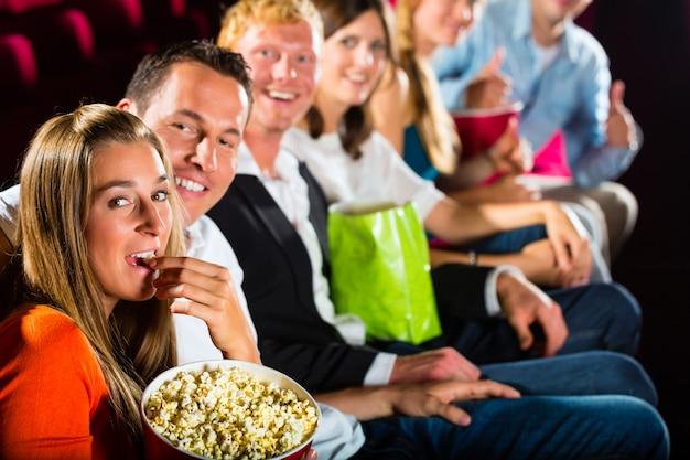 Die leute sehen sich einen film im kino an und haben spaß Premium Fotos
