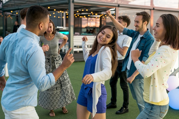 Die leute tanzen auf einer party Kostenlose Fotos
