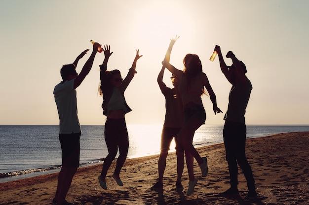 Die leute tanzen im sommer Premium Fotos