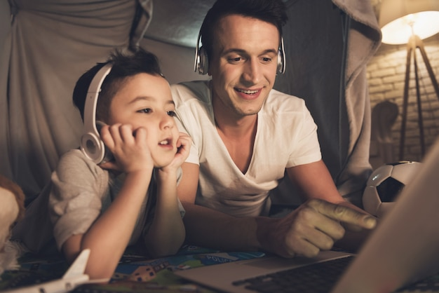 Die leute unterhalten sich über skype mit der familie auf dem laptop zu hause. Premium Fotos