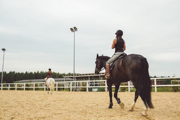 Die mädchen reiten auf pferden Kostenlose Fotos