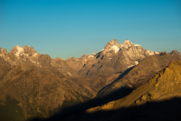 Die majestätischen gipfel des nationalparks massif des ecrins (4101 m) mit den gletschern in frankreich. teleaufnahmeansicht von entferntem bei sonnenaufgang. klarer himmel, herbstfarben. Premium Fotos