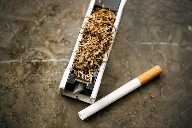Die maschine zum füllen von zigaretten mit tabak. Premium Fotos