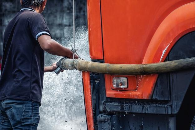 Die mitarbeiter sprühen, um die straße zu reinigen. Premium Fotos