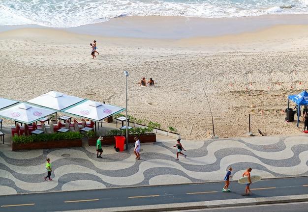 Die morgenszene von copacabana-strand in rio de janeiro, brasilien, südamerika Premium Fotos