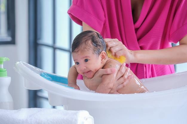 Die mutter putzte das baby 2 monate alt Premium Fotos