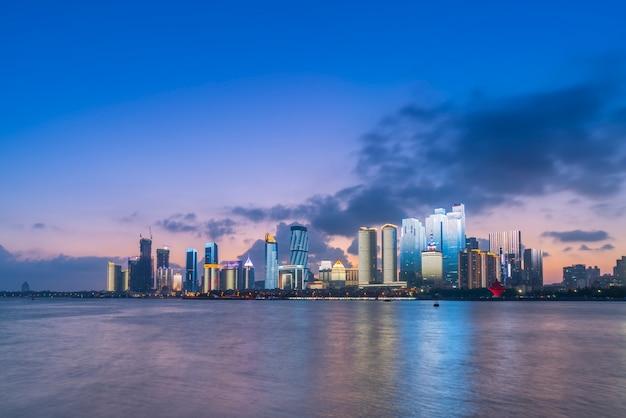 Die nachtszene der modernen städtischen architekturlandschaft in qingdao, china Premium Fotos